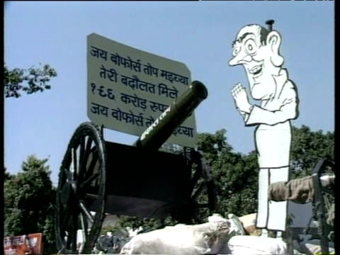 vidéos et rushes de satirical display about corruption of prime minister rajiv gandhi created by opposition campaigners india; 1989 - satire
