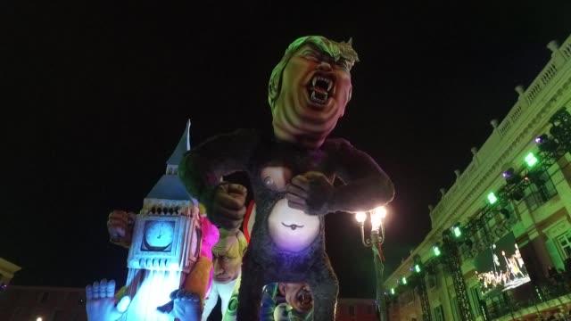 vídeos y material grabado en eventos de stock de satirical floats of the american president donald trump and the north korean leader kim jong un parade through nice as the annual carnival kicks off... - satírico