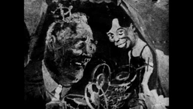 vídeos y material grabado en eventos de stock de satirical painting 'nightmare of 1934' making fun of roosevelt policies & family hanging in westchester institute of fine arts. note: film line. - satírico