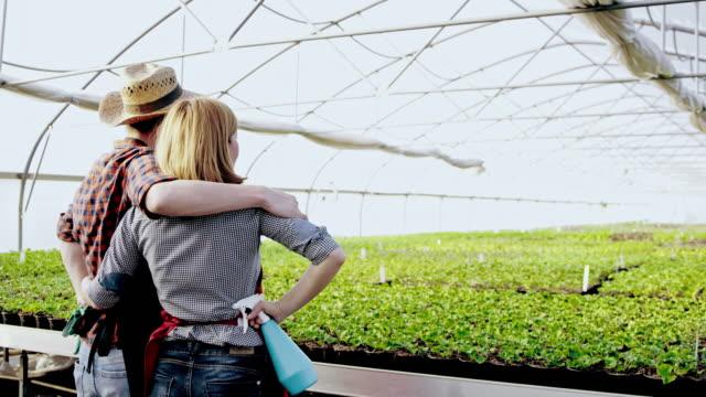 SLO-MO-DS zufrieden Gärtner über das Gewächshaus nach Arbeit suchen