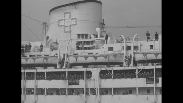 vidéos et rushes de saturnia sails into harbor tugboat at her side / women wave as ship passes / vs ship pulls up to dock / men down gangplank // ws liberty ship ss... - océan atlantique