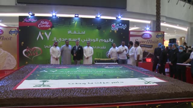 vídeos de stock e filmes b-roll de saudi arabia holds a guinness world record for the largest marble cake in the world on the occasion of its national day - jiddah