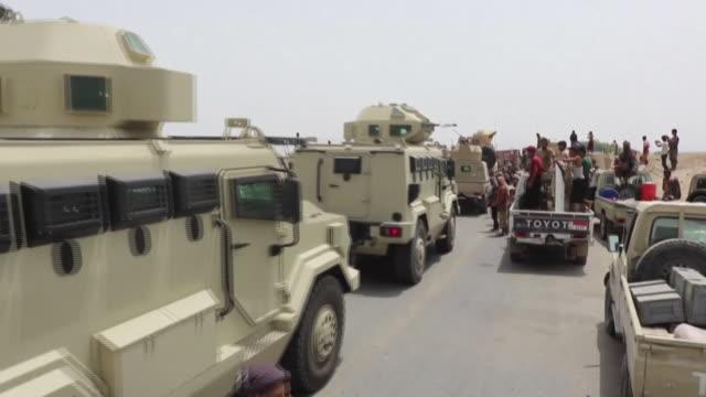 saudi arabian troops fighting alongside southern yemen separatists - イエメン点の映像素材/bロール