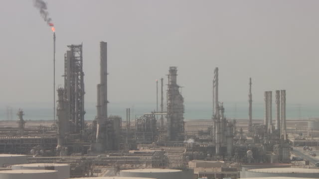 vidéos et rushes de saudi aramco's oil refinery and port complex in ras tanura, saudi arabia, on monday, october 1, 2018. - industrie du pétrole