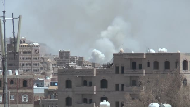vídeos y material grabado en eventos de stock de saudi military aircraft fired a number of missiles into al-hafa military camp of the yemeni capital, injuring several people and inflicting material... - yemen