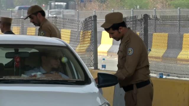 vídeos de stock, filmes e b-roll de saudi security checking pilgrims accreditation - jiddah