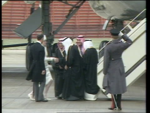 saudi state visit / day 1; england: gatwick airport: king fahd & prince abdul aziz r-l down aircraft steps pull out shake prince charles & princess... - 王点の映像素材/bロール