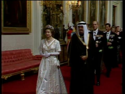 vídeos de stock e filmes b-roll de saudi state visit / day 1 ms queen fahd towards followed by prince philip princess diana - 1987
