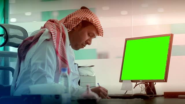 vídeos de stock e filmes b-roll de saudi young working on computer - arábia saudita
