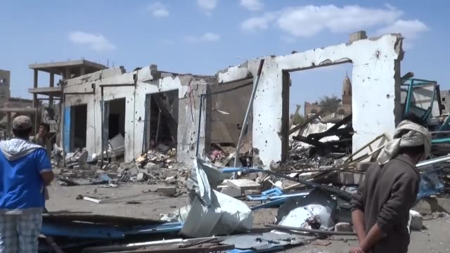 vídeos de stock e filmes b-roll de saudiled coalition launches an airstrike targeting a gas station which allegedly finance houthis at sawa street in fac attan region of sanaa yemen on... - coligação