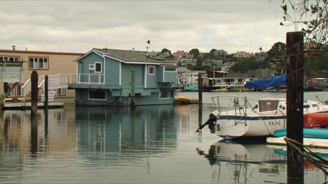 vídeos de stock e filmes b-roll de ws pan sausalito houseboats / san francisco, california, usa - barco casa