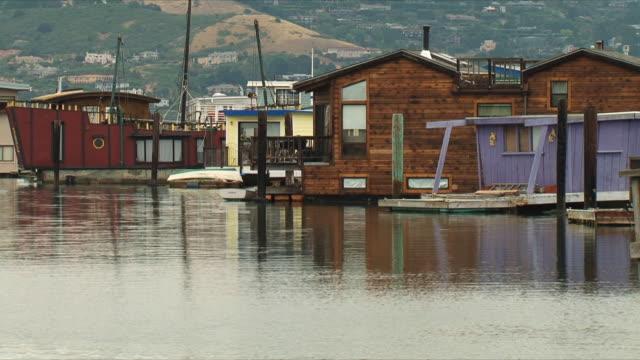 vídeos y material grabado en eventos de stock de ws sausalito houseboats / san francisco, california, usa - bahía de san francisco