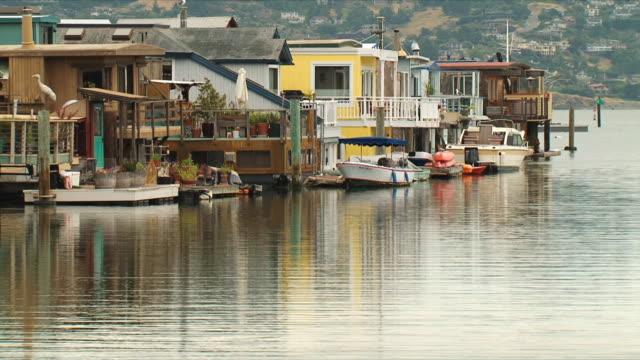vídeos de stock e filmes b-roll de ws sausalito houseboats / san francisco, california, usa - barco casa