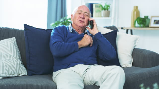 vidéos et rushes de enregistrer le numéro de téléphone des services d'urgence pourrait vous sauver la vie - octogénaire et plus