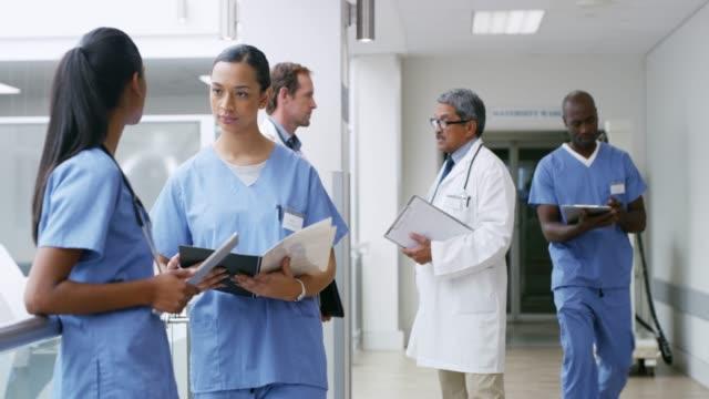 vídeos de stock e filmes b-roll de saving lives is a busy job - surgeon