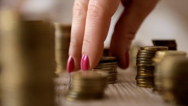 vídeos y material grabado en eventos de stock de ahorro concepto de dinero preestablecido por mano femenina poner pila de monedas dinero negocio - inflación