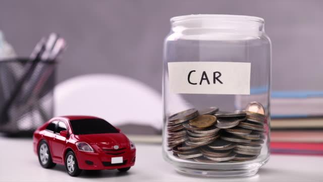 spart geld für auto - darlehen stock-videos und b-roll-filmmaterial