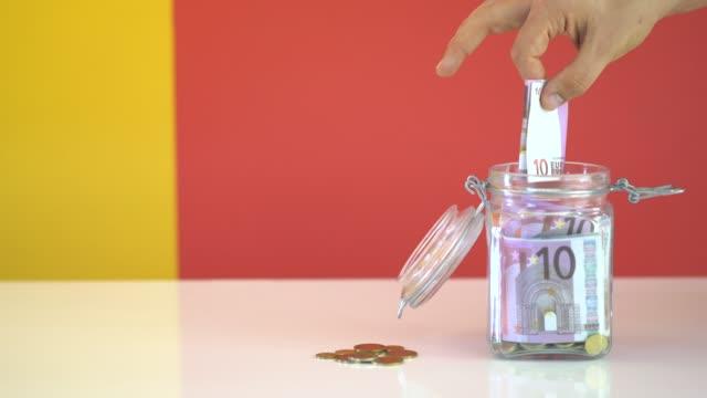 stockvideo's en b-roll-footage met geld besparen is belangrijk - glazen pot
