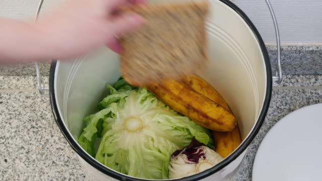 vídeos y material grabado en eventos de stock de bajo consumo de alimentos aún comestible de residuos - contenedor para la basura