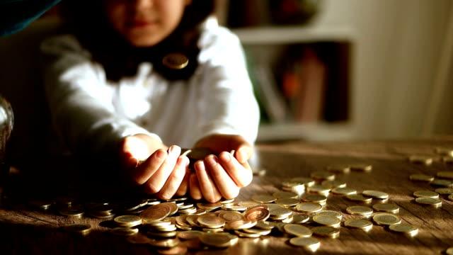 vidéos et rushes de économies - pièce de monnaie