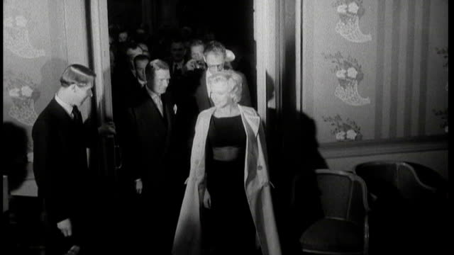 savoy hotel closes for 100 million pound facelift; tx 15.7.1956 b/w marilyn monroe arriving at savoy hotel followed by her husband arthur miller * *... - 後を追う点の映像素材/bロール