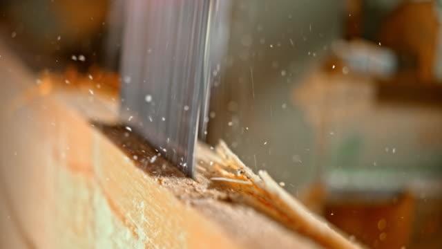 vídeos de stock, filmes e b-roll de slo mo vi lâmina cortando um log - serra elétrica