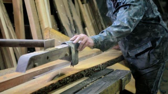 stockvideo's en b-roll-footage met zagen van hout. - maken
