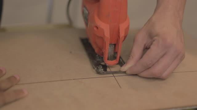 vídeos de stock, filmes e b-roll de sawing with tico saw - ferramenta de trabalho