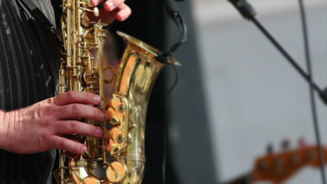 stockvideo's en b-roll-footage met saxophone player performing close-up - saxofonist