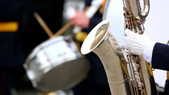 saxofonist en trommel militaire brassband