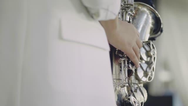 saxophonist führen sie auf der bühne. - jazz stock-videos und b-roll-filmmaterial