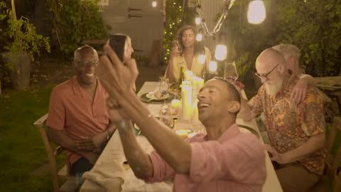 vidéos et rushes de say cheese. friends huddle for a group photo 2 - 65 69 ans