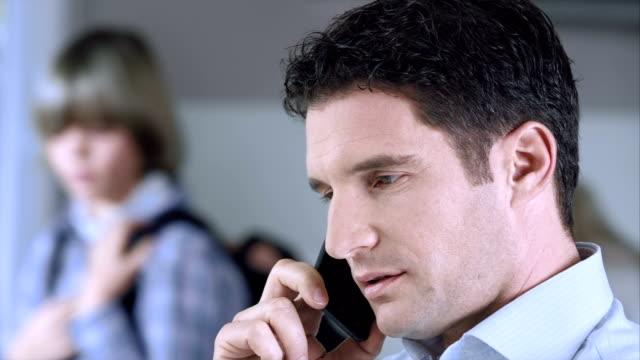 Sagen Sie Lebewohl zum Mann Arbeiten am Telefon