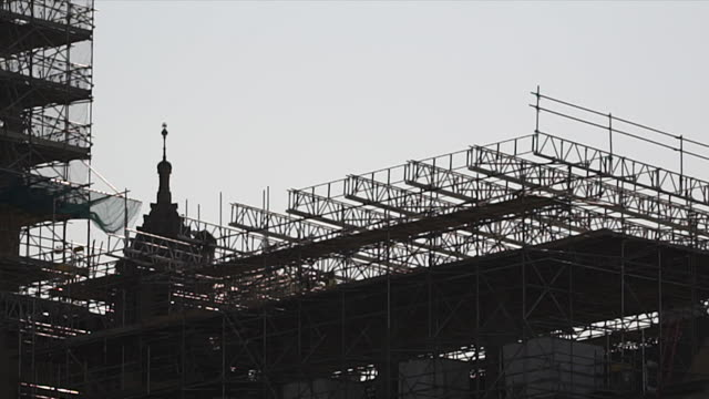 scaffolding and scaffolders on the houses of parliament, london - back lit stock videos & royalty-free footage