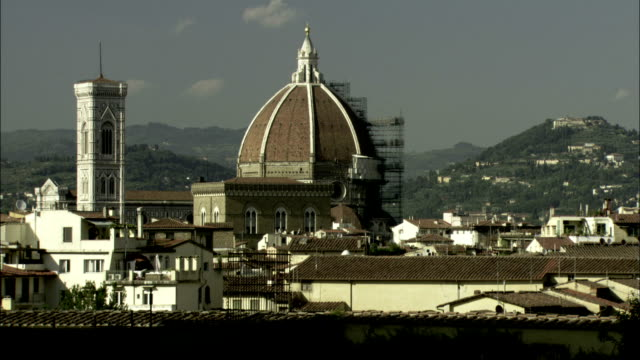 vídeos de stock e filmes b-roll de scaffolding surrounds part of the dome of the florence cathedral. available in hd. - andaime