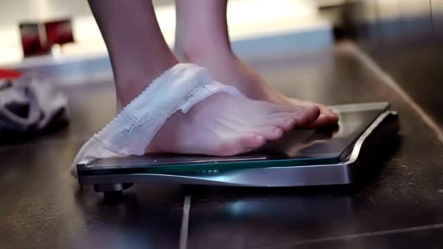 尺度と knickers - 体重計点の映像素材/bロール