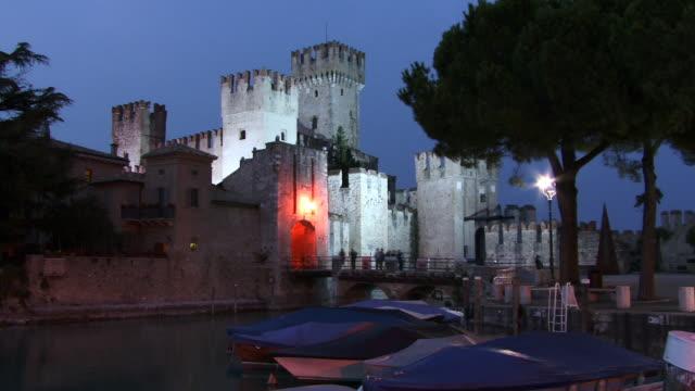 vídeos de stock e filmes b-roll de t/l, ws, scaliger castle, day to night, sirmione, lombardy, italy - circa 13th century