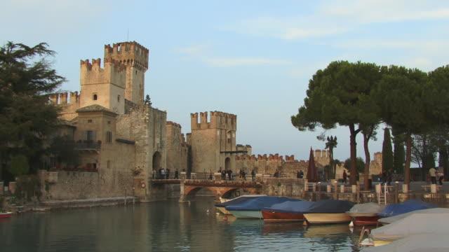 vídeos de stock e filmes b-roll de ws, scaliger castle, sirmione, lombardy, italy - circa 13th century