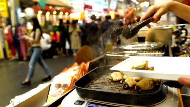 vídeos de stock e filmes b-roll de scallop and sea urchin eggs skewer grill, japan street food. - exotismo