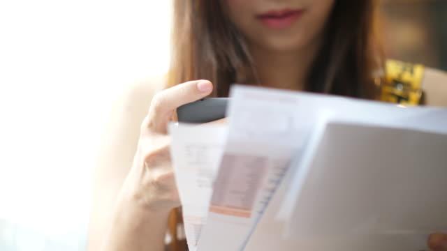scan-rechnung zu zahlen - dokument stock-videos und b-roll-filmmaterial