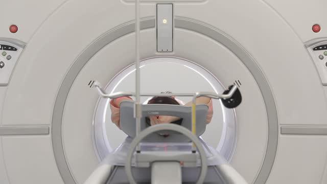vídeos de stock e filmes b-roll de mri scan procedure in hospital - biotecnologia