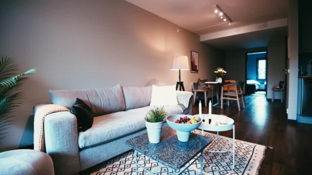 vídeos de stock, filmes e b-roll de interior doméstico moderno escandinavo - apartamento