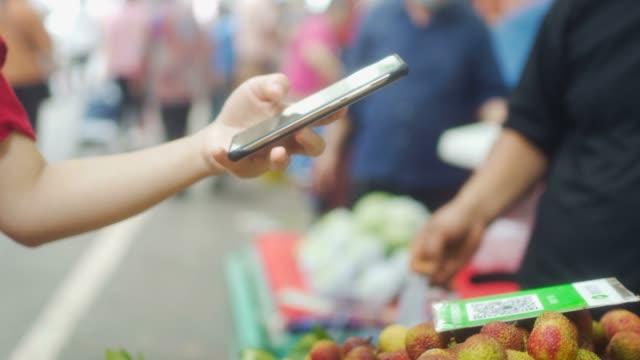 vídeos y material grabado en eventos de stock de escaneado de pagos en el mercado de alimentos - puesto de mercado