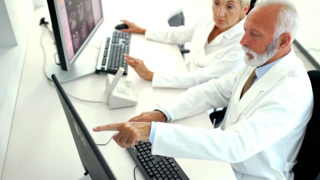 vídeos de stock, filmes e b-roll de mri varredura sala de controle de procedimento 4k - suspeita