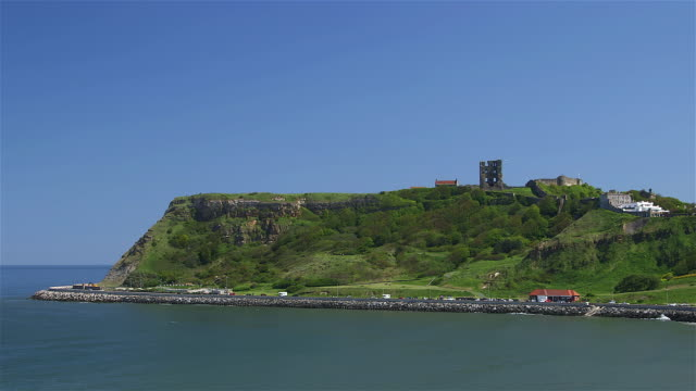 vídeos de stock e filmes b-roll de scarborough castle & north marine drive - scarborough reino unido