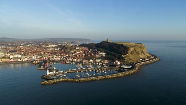scarborough harbour & castle, south bay, scarborough - 英国スカーブラ点の映像素材/bロール