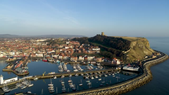 scarborough harbour & castle, south bay, scarborough - 英国スカーブラ点の映像素材/bロール