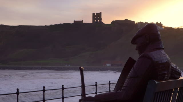 vídeos de stock, filmes e b-roll de scarborough mere & castle sunrise - yorkshire