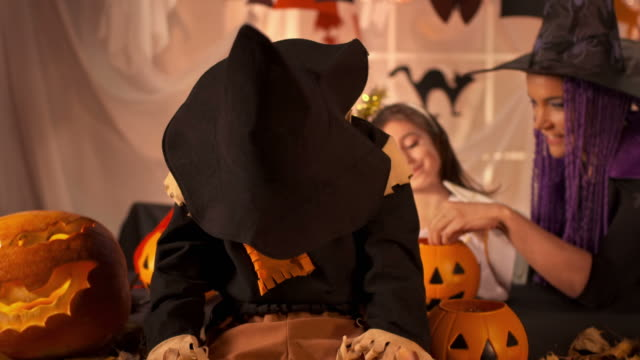 HD DOLLY: Scarecrow Pretend To Be Snarling Vampire