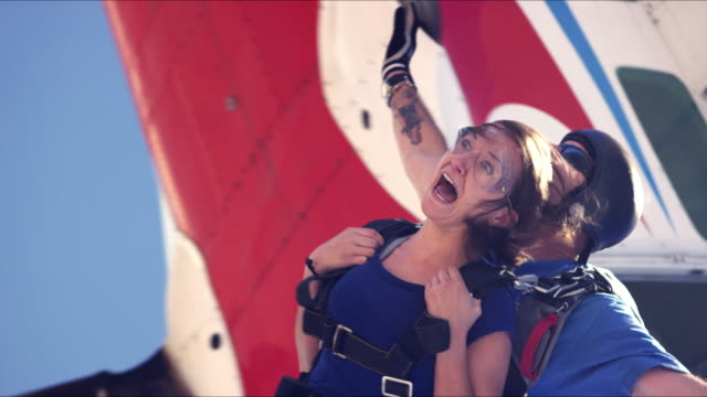 stockvideo's en b-roll-footage met scared girl does tandem skydive - twee personen